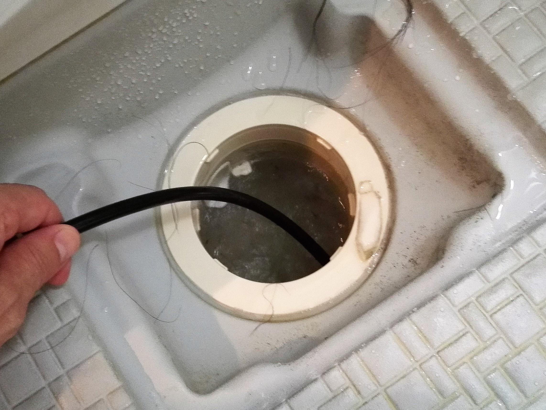 バスルームの排水口の逆噴射ノズルでの高圧洗浄