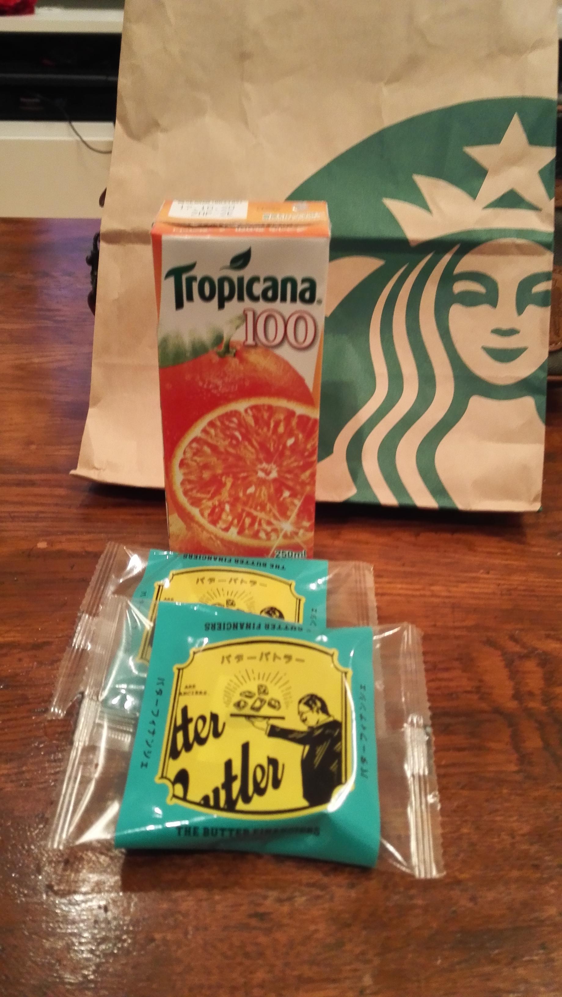 ジュースとクッキーの写真