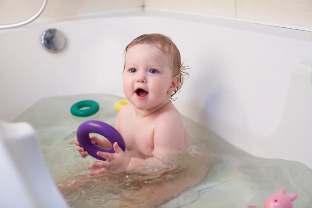 赤ちゃんの入浴イメージ写真